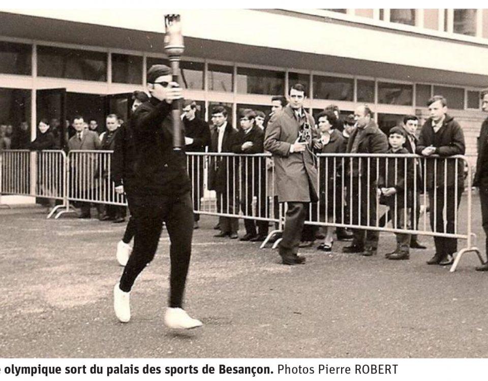 La Flamme olympique sort du palais des sports de Besançon. CP : Pierre ROBERT